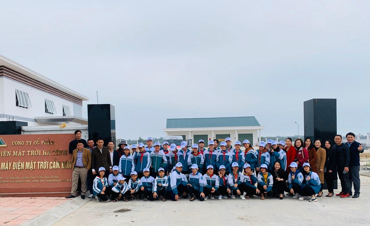 Đoàn tham quan chụp ảnh tại nhà máy điện Mặt Trời Cẩm Hòa, Cẩm Xuyên, Hà Tĩnh